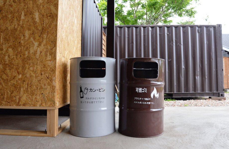 ドラム缶で作られたゴミ箱の写真です。